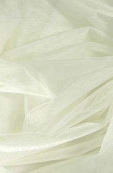 Törtfehér színű matt puhatüll. Szélessége: 300 cm